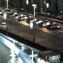 Immagine WDR per le riprese esterne di oggetti in movimento e veicoli, in quanto l'illuminazione del sole in alcune ore e l'illuminazione artificiale diretta verso la telecamera riduce la nitidezza delle immagini riprese